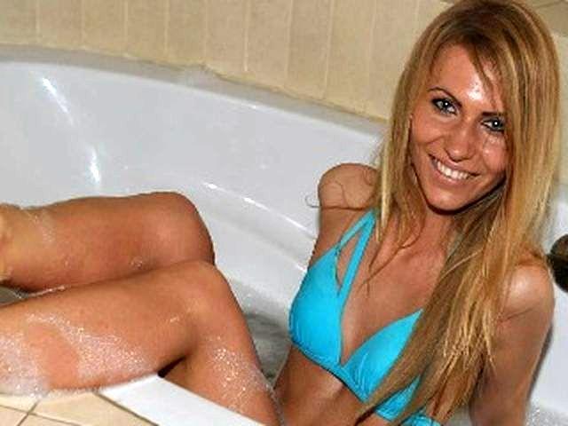 Intimrasierte Hausfrau Fabienne ist im Bett triebgesteuert