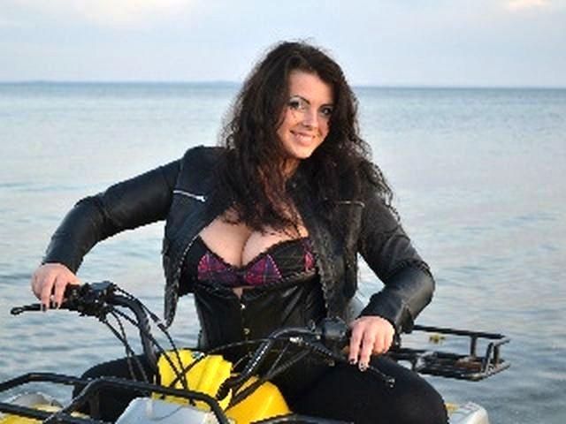 Rasierte Bikerin Valerie möchte mehr küssen