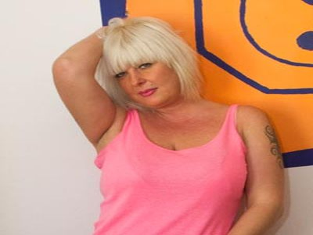 Sexbesessene Krankenschwester Pauline möchte geküsst werden