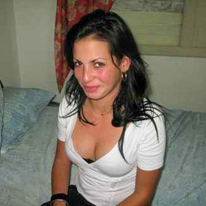 Dunkelhaarige Frau auf dem Bett