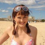 Junge Frau im Bikini am Strand
