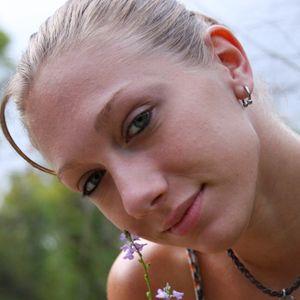 Blonde Frau draussen Garten