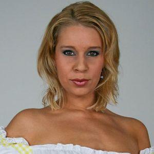 Blonde Frau schulterfrei