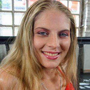 Blonde geile Frau roter Bikini
