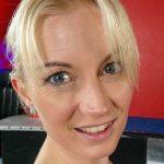 Blonde Hausfrau blaue Augen