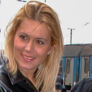 Blonde junge Frau am Bahnhof