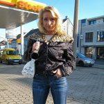 Blonde MILF an der Tankstelle