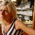 Blonde schlanke Barfrau
