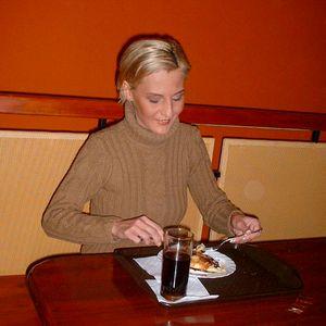 Blonde schlanke Studentin beim essen