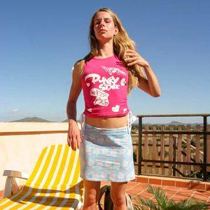 Blonde Studentin im Urlaub