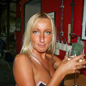 Braungebrannte Blondine schulterfrei