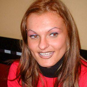Braungebrannte Frau rotblonde Haare