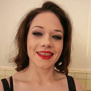 Brünette junge Frau rote Lippen