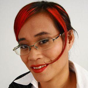Coole Frau rot-schwarze Haare Brille