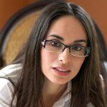 Dunkelhaarige Studentin mit Brille