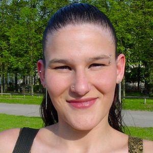 Frau ab 30 im Park