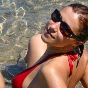 Frau Bikini Wasser Sonnenbrille