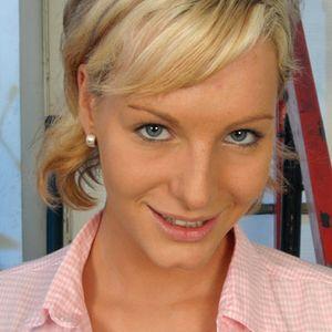 Frau blonde Haare blaue Augen