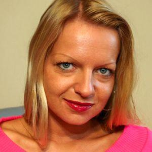 Frau Blondine kurze Haare pinker Pulli