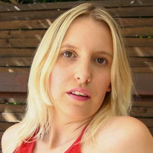 Frau hellblond normale Figur roter Bikini