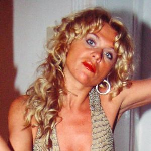 Frau lange blonde Locken