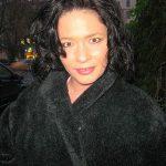 Frau mit schwarzen Locken