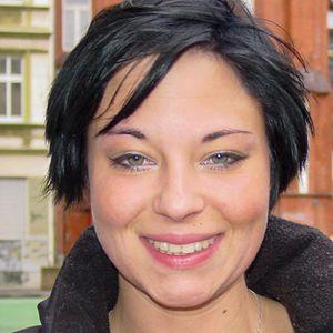 Frau schwarze kurze Haare outdoor