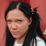 Freche junge Frau dunkle Haare