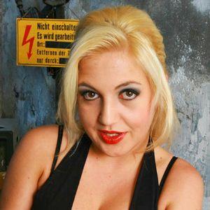 Hemmungslose blonde Frau roter Mund