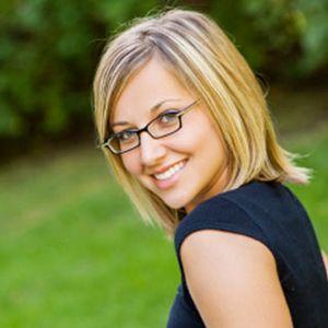 Hübsche blonde Studentin mit Brille