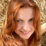 Hübsche Frau kastanienbraune Haare