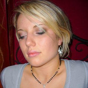 Hübsche junge Frau blonde kurze Haare