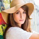 Hübsche junge Frau mit Hut