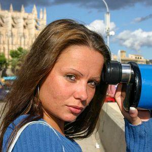 Junge attraktive Frau im Urlaub