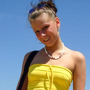 Junge blonde Frau Urlaub gelbes Top