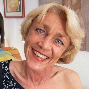 Junge blonde Oma blaue Augen