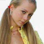 Junge Frau blond Zöpfe