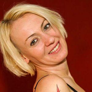 Junge Frau blonder Bob Tattoo