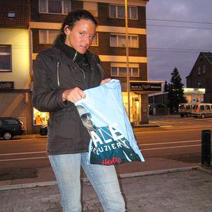 Junge Frau geht shoppen