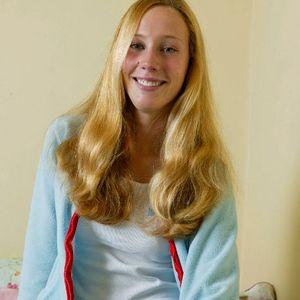 Junge Frau lange blonde Haare