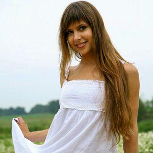 Junge Frau lange braune Haare
