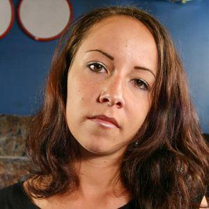 Junge Frau lange brünette Haare