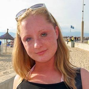 Junge Frau rotblonde Haare Strand Sommersprossen