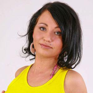 Junge Frau schwarze Haare gelbes Top