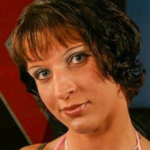 Junge Hausfrau dunkle Haare