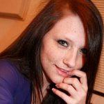 Junge nette Frau dunkle Haare