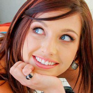 Kastanienbraune Haare blaue Augen