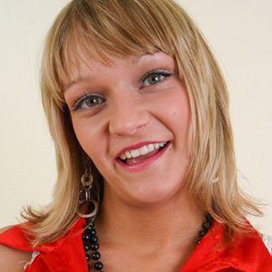 Lustige junge blonde Frau