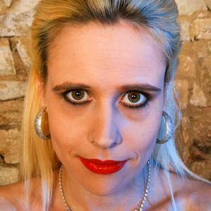 Normale blonde Frau roter Lippenstift