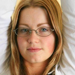 Rotblone Frau Brille